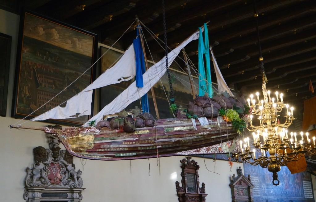 Schiff in der Oberen Rathaushalle, das an das Bremer Kolonialerbe erinnern soll